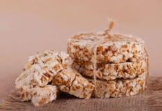 圆的谷物薄脆饼干栓与绳索,表面上的面包屑 土气样式 库存图片