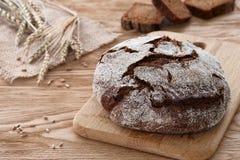 圆的面包在木背景的 免版税库存图片