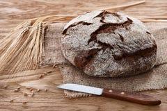 圆的面包在木背景的 库存图片