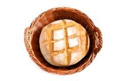 圆的面包在被编织的篮子的 免版税库存图片