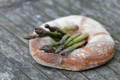 圆的面包用芦笋 库存图片