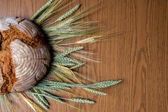 圆的面包用谷物 免版税库存照片