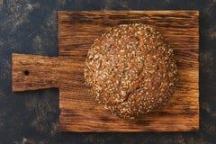 圆的黑麦面包洒与向日葵种子 图库摄影