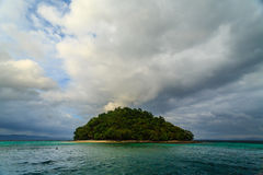 圆的绿色离开了有安静的海滩的热带海岛 免版税库存照片