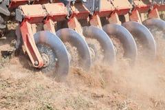 圆盘耙系统,耕种土壤 免版税图库摄影