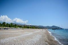 圆石滩海洋棕榈树云彩山 库存照片