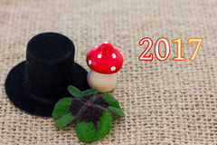圆筒帽子、飞行蘑菇和幸运的三叶草 免版税库存照片