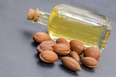 圆筒芯的灯油,摩洛哥的液体金子 图库摄影