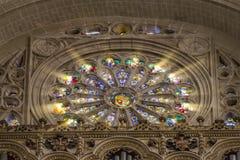 圆花窗外套武装主要帽子彩色玻璃托莱多西班牙 免版税库存图片