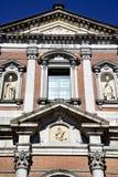 圆花窗somma lombardo砖的意大利伦巴第 库存图片
