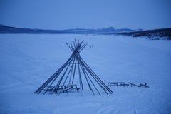 圆锥形小屋在冬天frosen湖,北部芬兰 库存照片