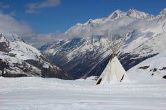 圆锥形帐蓬高在瑞士阿尔卑斯 免版税库存图片