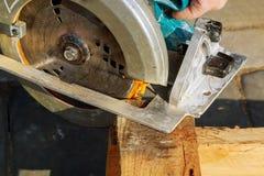 圆锯室外的锯,手套,飞行锯木屑削片 库存图片