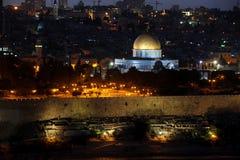 圆顶以色列挂接晚上岩石寺庙 库存照片