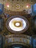 圆顶和曲拱在圣皮特圣徒・彼得的大教堂,罗马,意大利 免版税库存照片