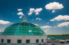 圆顶和美丽的夏天天空在Towson市中心,马里兰 库存图片