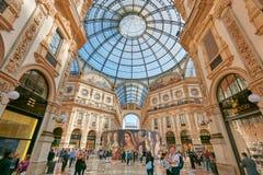圆顶场所与人和豪华的维托里奥Emanuele内部在米兰购物 图库摄影