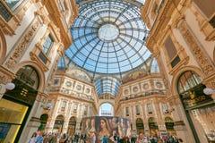 圆顶场所与人的维托里奥Emanuele内部在米兰,意大利 免版税库存图片