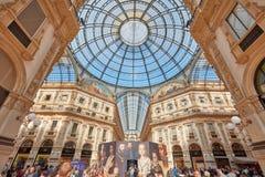 圆顶场所与人的维托里奥Emanuele内部在米兰,意大利 免版税库存照片