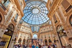 圆顶场所与人的维托里奥Emanuele内部在米兰 库存照片