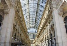 圆顶场所维托里奥Emanuele独特的看法在米兰从上面看见的II在夏天 在1875年修造这个画廊是一  免版税图库摄影