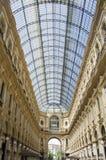 圆顶场所维托里奥Emanuele独特的看法在米兰从上面看见的II在夏天 在1875年修造这个画廊是一  免版税库存图片