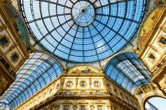 圆顶场所维托里奥Emanuele玻璃死命II在米兰 免版税库存照片