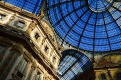圆顶场所维托里奥Emanuele II在中央米兰,意大利 免版税库存照片