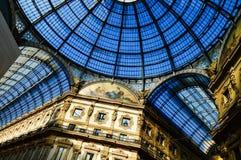 圆顶场所维托里奥Emanuele II在中央米兰,意大利 库存图片