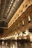 圆顶场所维托里奥Emanuele II在米兰在晚上 库存图片