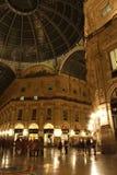 圆顶场所维托里奥Emanuele II在米兰在晚上 免版税图库摄影