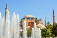 圆顶外面看法在无背长椅建筑学的在土耳其 免版税库存照片