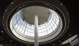 圆顶弯曲的天窗玻璃屋顶或天花板与几何结构钢的在现代当代建筑学样式 免版税库存照片