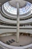圆顶弯曲的天窗玻璃屋顶或天花板与几何结构钢的在现代当代建筑学样式 库存图片