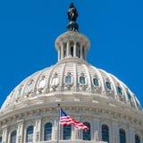 圆顶我们国会大厦在有美国旗子的华盛顿 库存照片