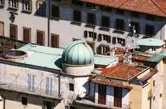 圆顶望远镜作为被看见的在地平线上方的城市屋顶 免版税库存图片