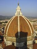 圆顶的佛罗伦萨大教堂圣玛丽亚del菲奥雷Cupola由Brunelleschi和Gioto s钟楼阴影设计了 免版税库存照片