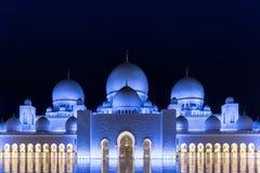 圆顶的夜视图 2 abu Al阿拉伯人象比团结的一千阿拉伯联合酋长国框能国家(地区) dhabi eid酋长管辖区四十会集全部hh被启动的关键最大延迟的星期五更多清真寺nahyan编号人位置祷告s总统回教族长苏丹是zayed的崇拜 库存图片