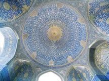 圆顶的设计在中东的波斯清真寺的里面 库存图片
