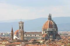 圆顶看法在佛罗伦萨和Torre di Giotto 库存照片