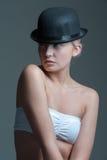 圆顶硬礼帽的女孩 免版税图库摄影