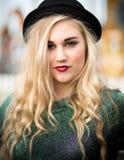 圆顶硬礼帽的美丽的白肤金发的十几岁的女孩 库存图片