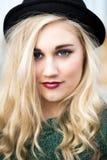 圆顶硬礼帽的美丽的白肤金发的十几岁的女孩 免版税库存照片