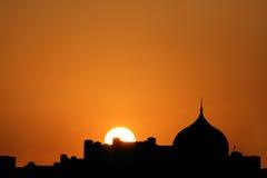 圆顶美丽的日落剪影  免版税库存图片