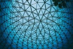圆顶钢结构弯曲的天花板有天空蔚蓝背景 免版税图库摄影