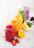 圆滑的人、汁液、饮料、饮料品种用新鲜水果和莓果 免版税库存照片