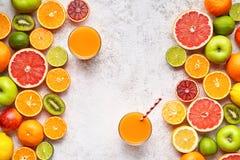 圆滑的人或新鲜的汁液维生素在柑橘水果背景舱内甲板位置, helthy自然饮料 免版税图库摄影