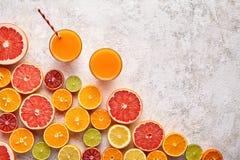 圆滑的人或新鲜的汁液维生素在柑橘水果背景舱内甲板位置, helthy饮料 库存图片