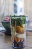 圆滑的人杯子用水果和蔬菜 库存照片