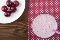 圆滑的人用樱桃和酸奶 免版税图库摄影
